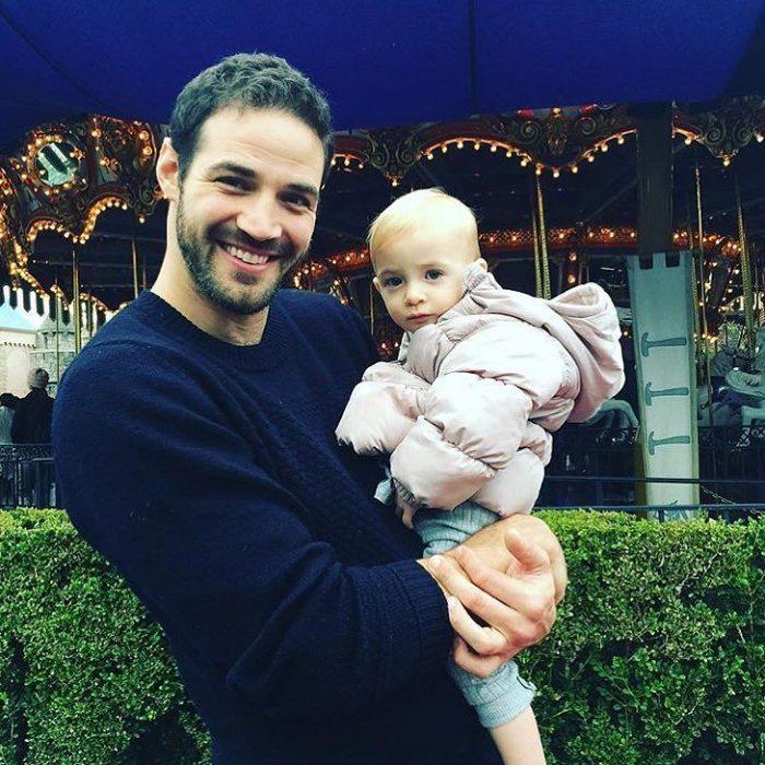 papá guapo con bebé en Disneyland