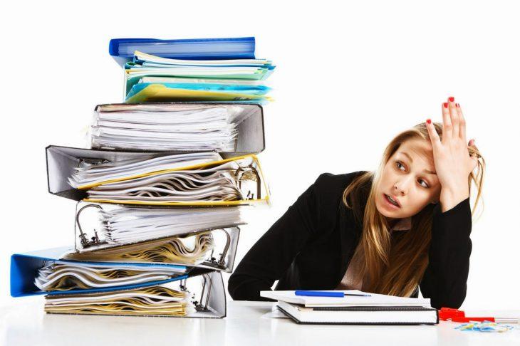 Joven estresada en la oficina.