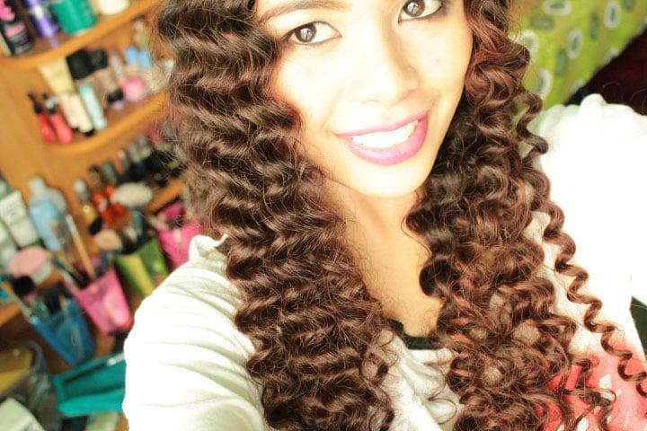 mujer ojos grandes cabello rizado