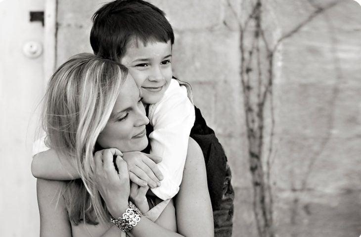 Niño abrazando a mamá.