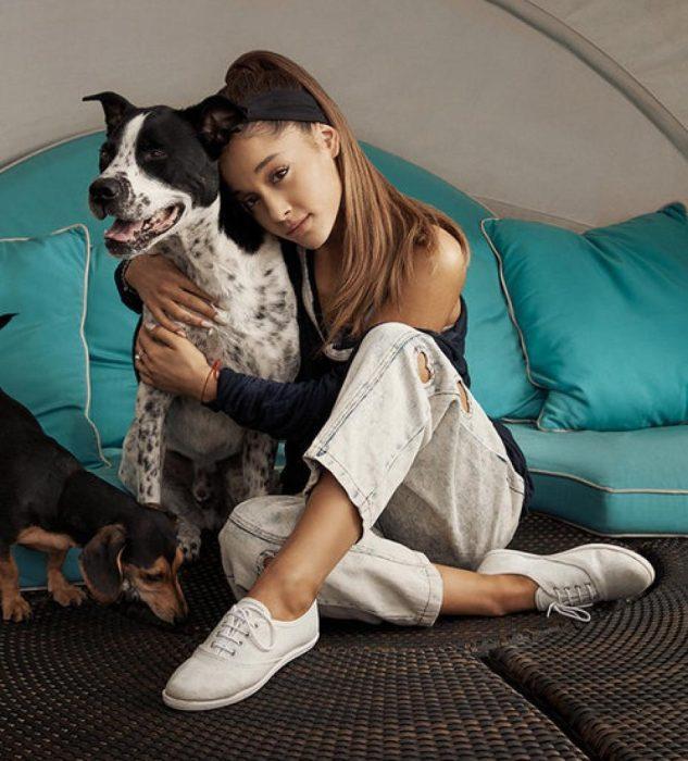 muer sentada abrazada de un perro