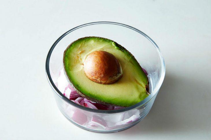 frasco de vidrio con aguacate y cebolla