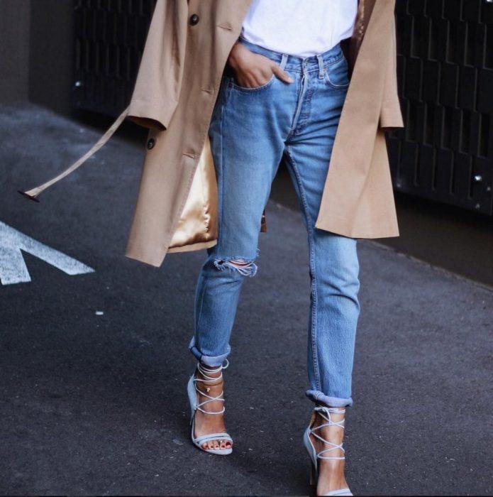 mujer caminando con tacones