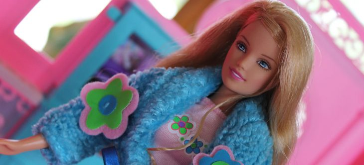 barbie muñeca rubia con abrigo azul