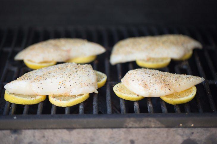 rodajas de limón con filetes de pescado encima