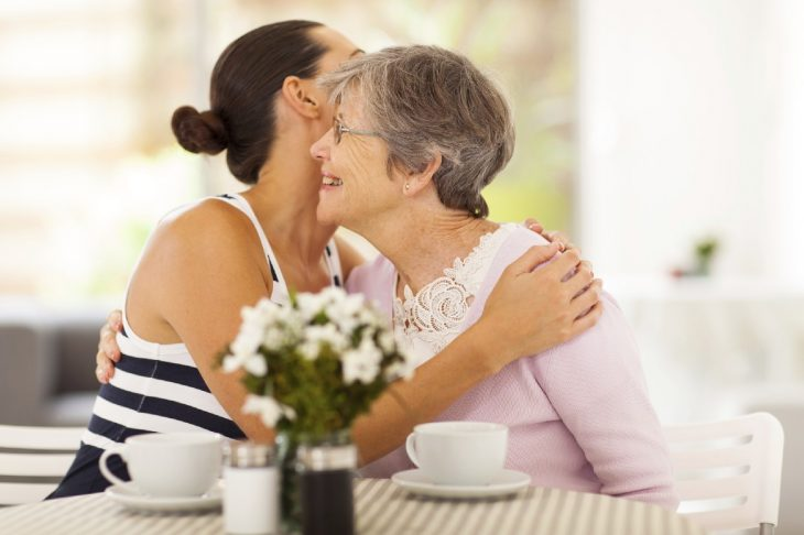 Joven abrazando a su abuela