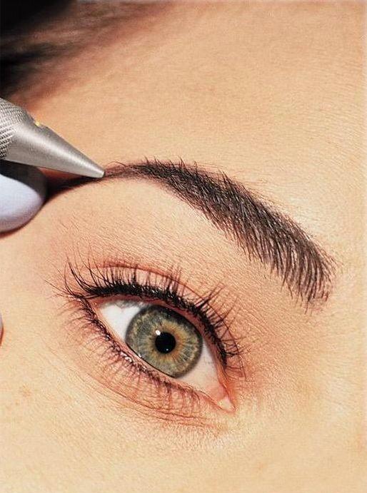 Chica haciendo una micro pigmentación en las cejas