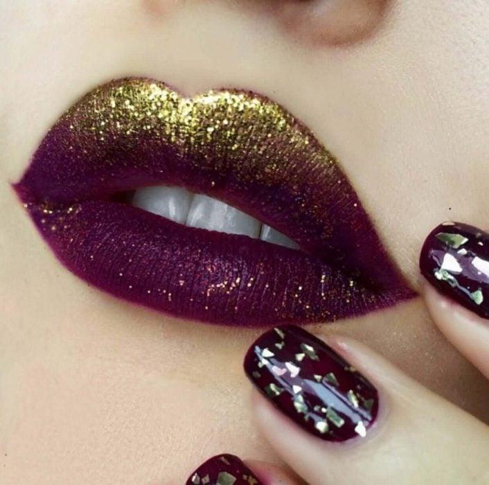 Labios color guinda con glitter en color dorado