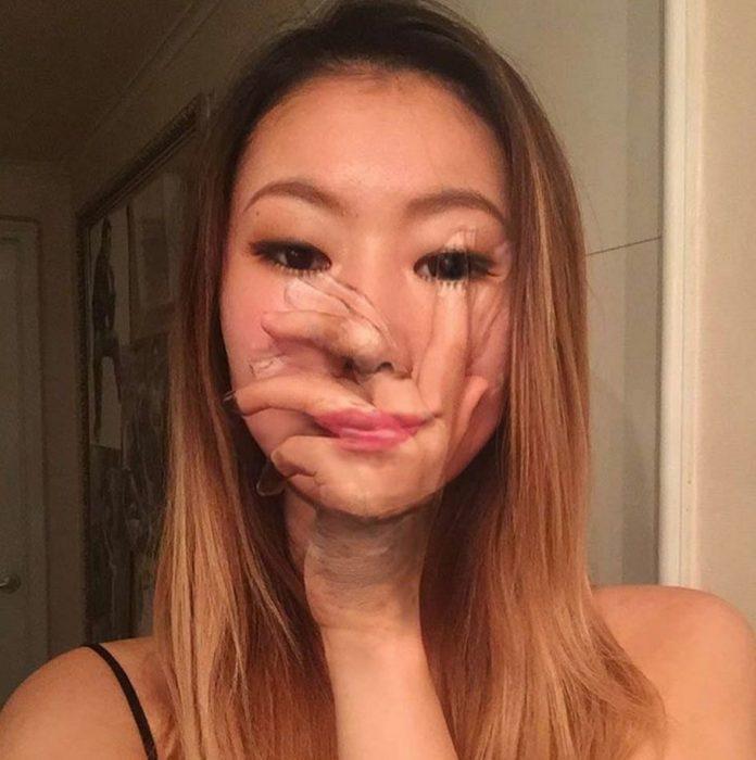 Ilusión de mano en la cara.