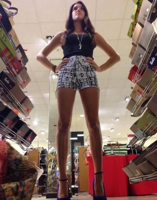 Chica en una librería.
