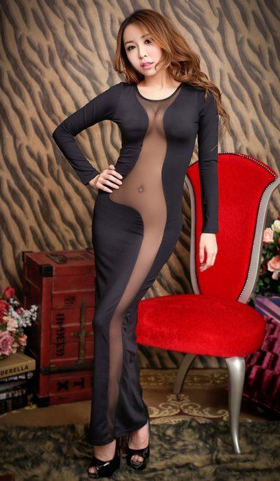 Mujer posando en vestido negro.