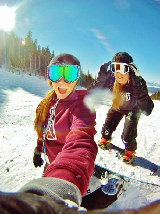 Amigas de vacaciones en la nieve.