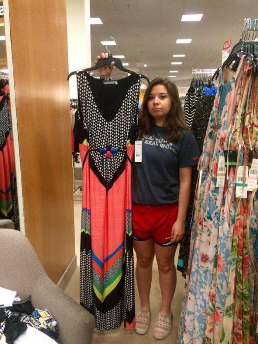 chica bajita con vestido grande