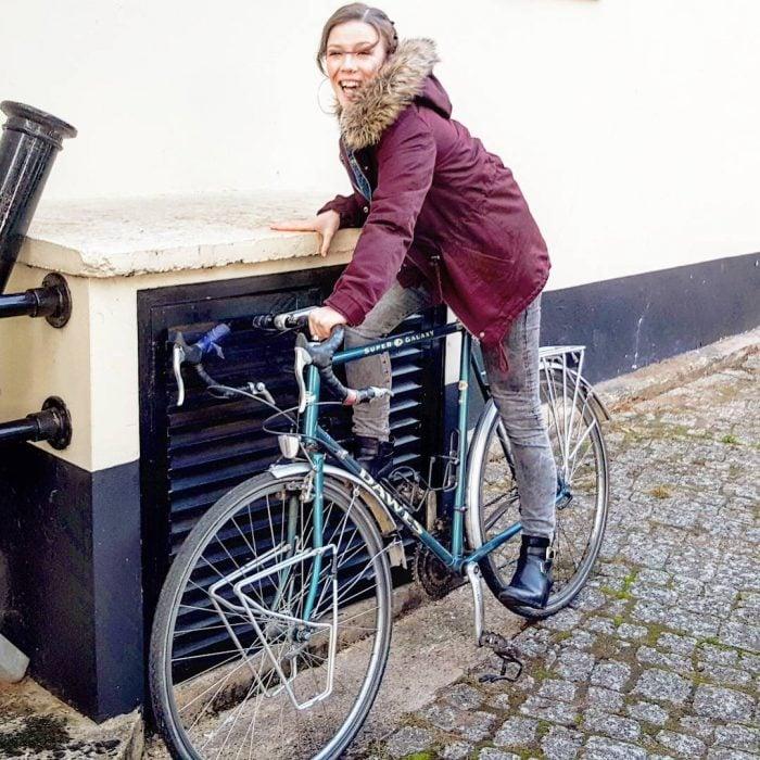 chica bajita en bicicleta alta