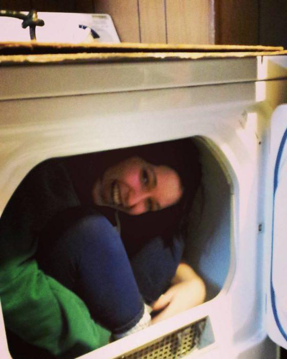 chica baja dentro de lavadora