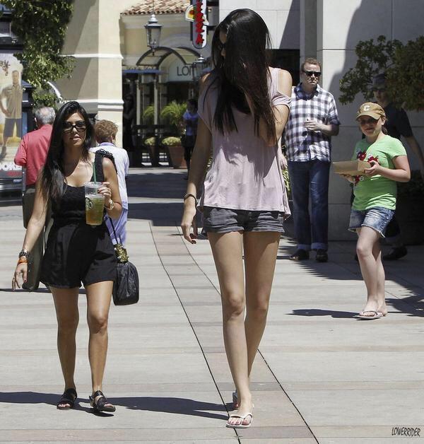 amigas chaparrita y alta caminando en la calle