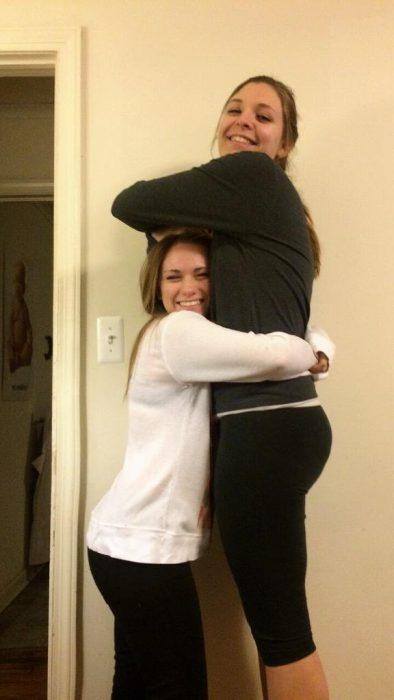 chica bajita abraza a chica alta