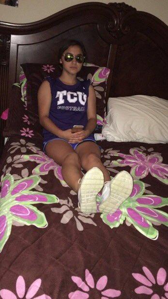 chica bajita sentada en la cama