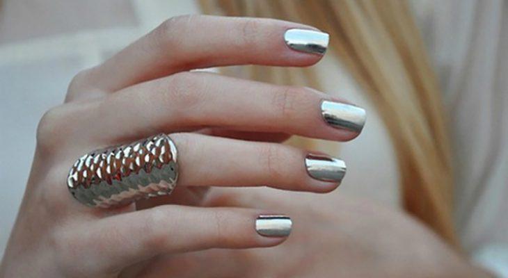 dedos con anillo y uñas estilo espejo