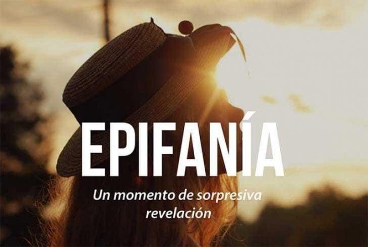 mujer con sombrero mirando al cielo y frase