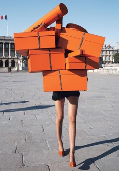 Chica cargando cajas de regalo