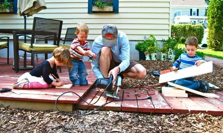 Niños ayudando en casa.