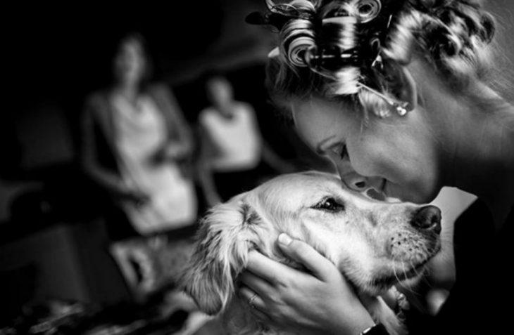 mujer junta nariz con su perro