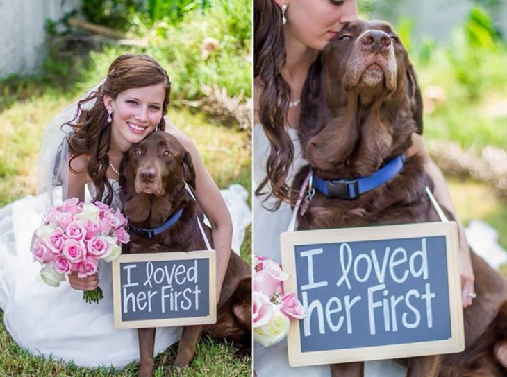 novia en boda con su perro y letrero