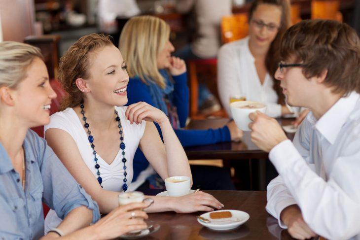 Tres amigos tomando un café.