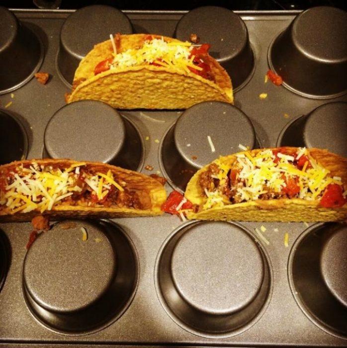 Tacos en una charola de hacer cupcakes.