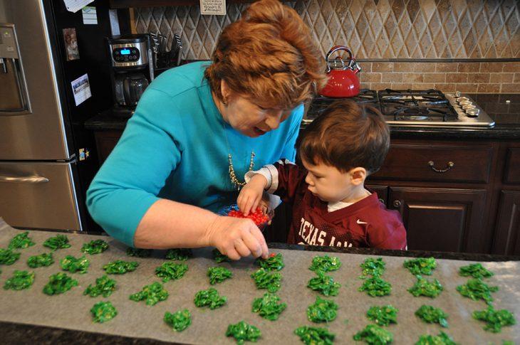 Abuela haciendo galletas.