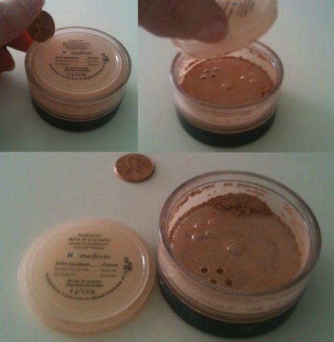 envase de polvos minerales y mano con una moneda