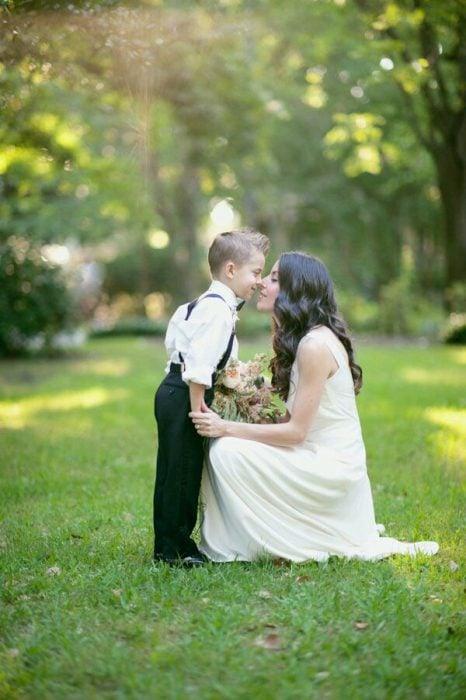 Niño besando a su mamá.