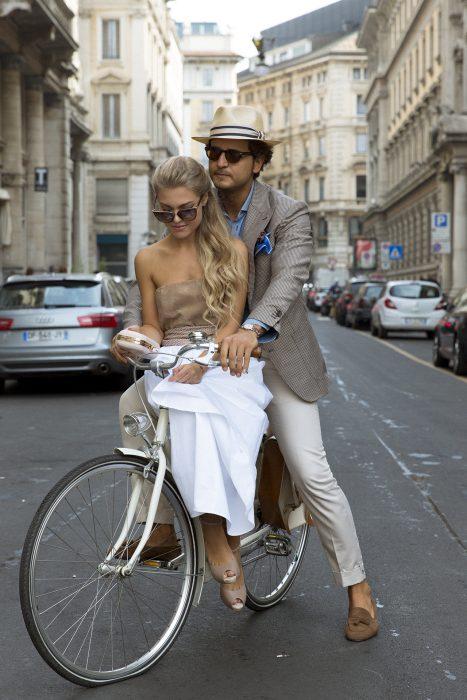 Pareja de paseo en bicicleta.