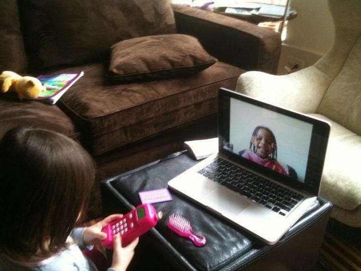 niñas jugando por videollamada en skype