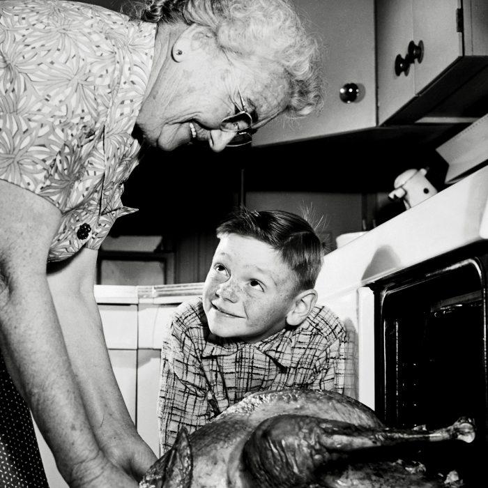Abuela cocinando un pavo