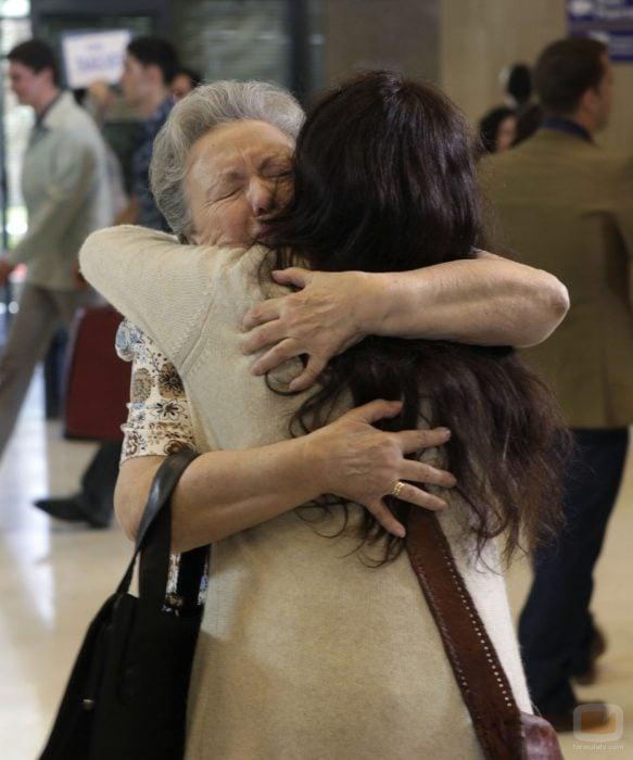 Abuela abrazando a su nieta