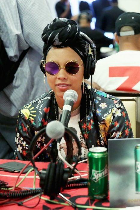 mujer con turbante negro y lentes en radio