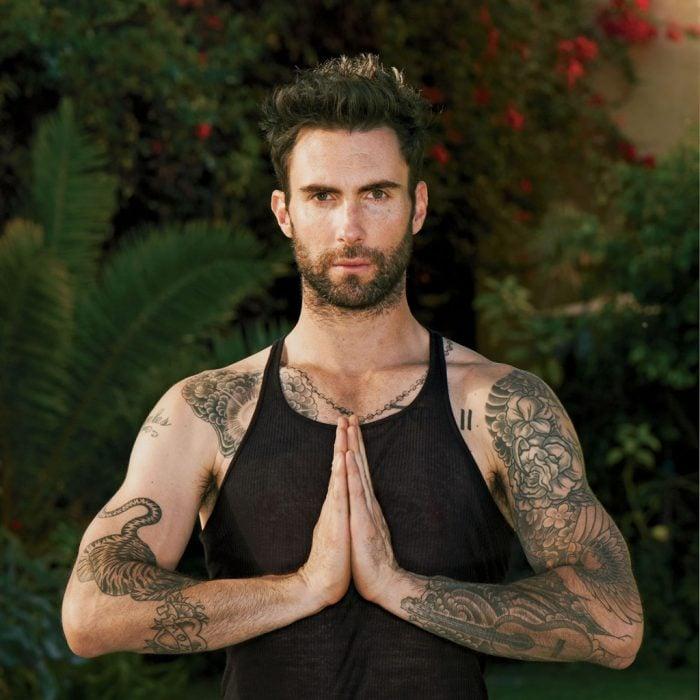 Adam Levine meditando.