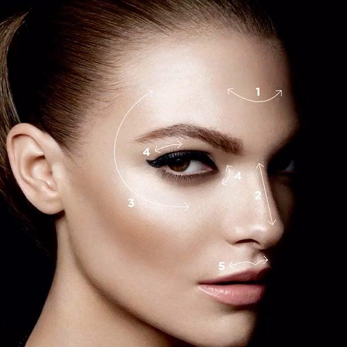 mujer con iluminador en su rostro en puntos clave