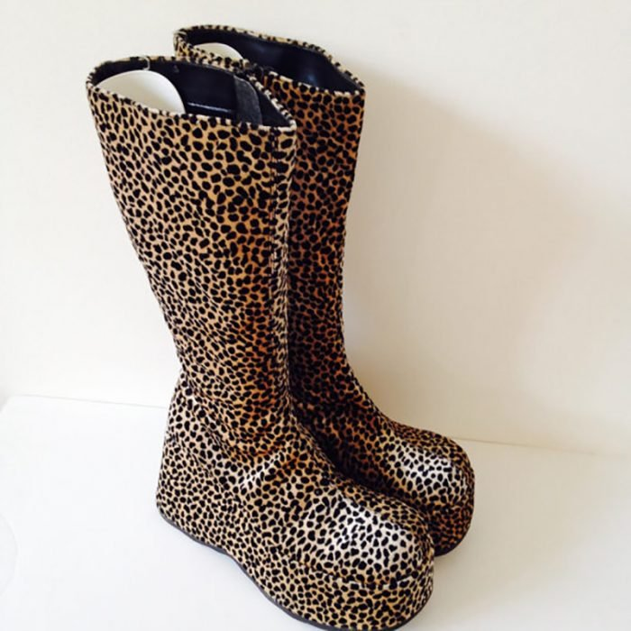 botas de terciopelo y estampado de leopardo