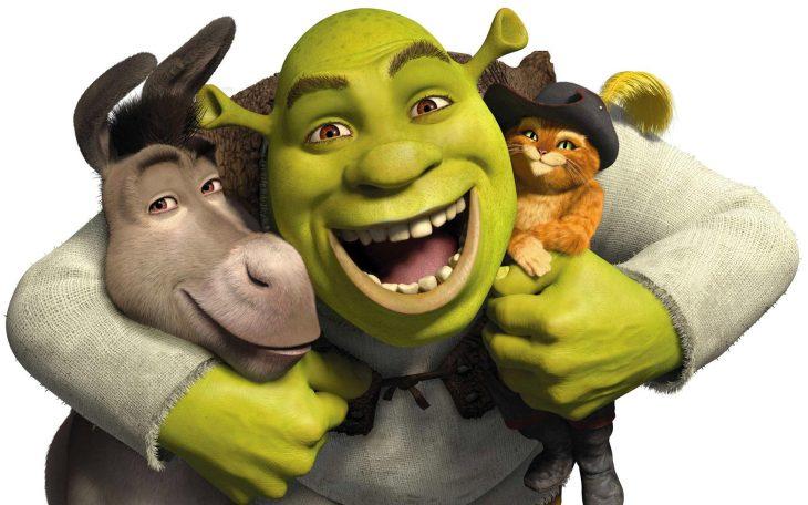 Shrek abrazando a sus dos amigos.