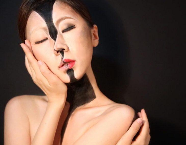 Ilusión óptica de la cara dividida en dos.