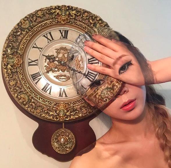 Camuflaje con un reloj.