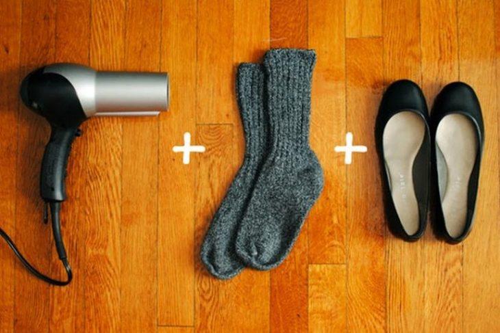 Una secadora, unos calcetines y unos zapatos.