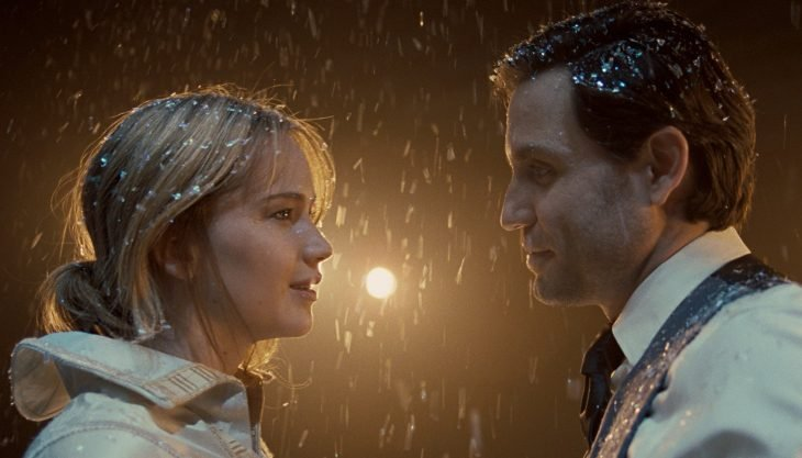 mujer rubia frente a hombre mientras cae nieve