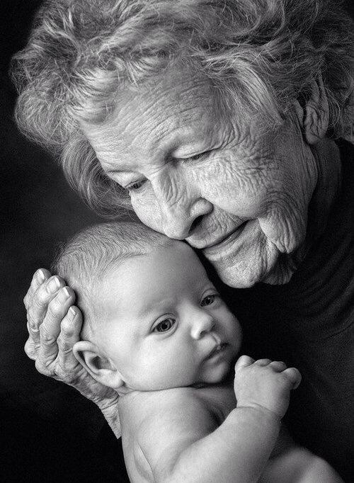 Abuela abrazando a un bebé.
