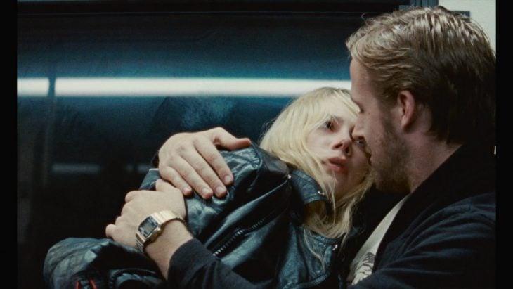 mujer rubia abrazada por hombre rubio con barba