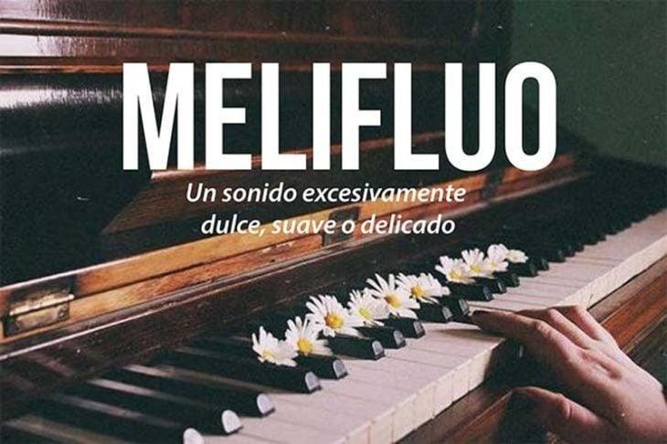 piano con manos de mujer y flores blancas con frase