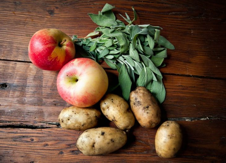 manzanas con papas en una mesa